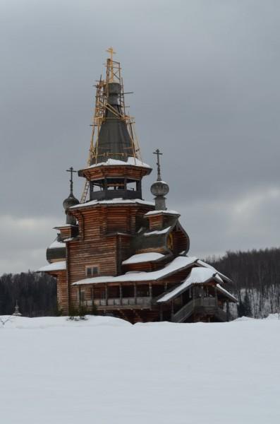 Вот эта часовня находится на вершине холма, что рядом с самим источником.