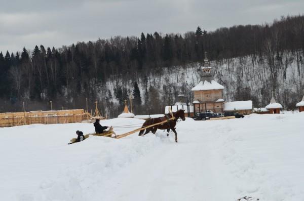 Вы не поверите, там все еще в ходу сани. В России. Зимой. Да.