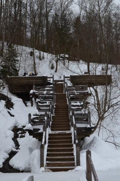 Это - подъем к самому водопаду, наверху - три выхода источника.