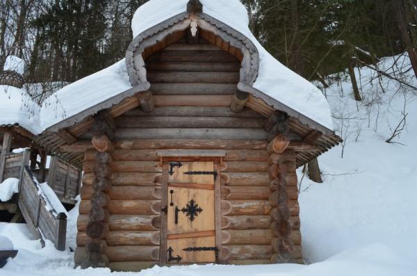Это молельня и душевая кабинка. Внутри - иконостас.