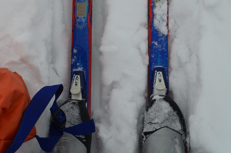 лыжи, лыжные ботинки, снег, лыжня